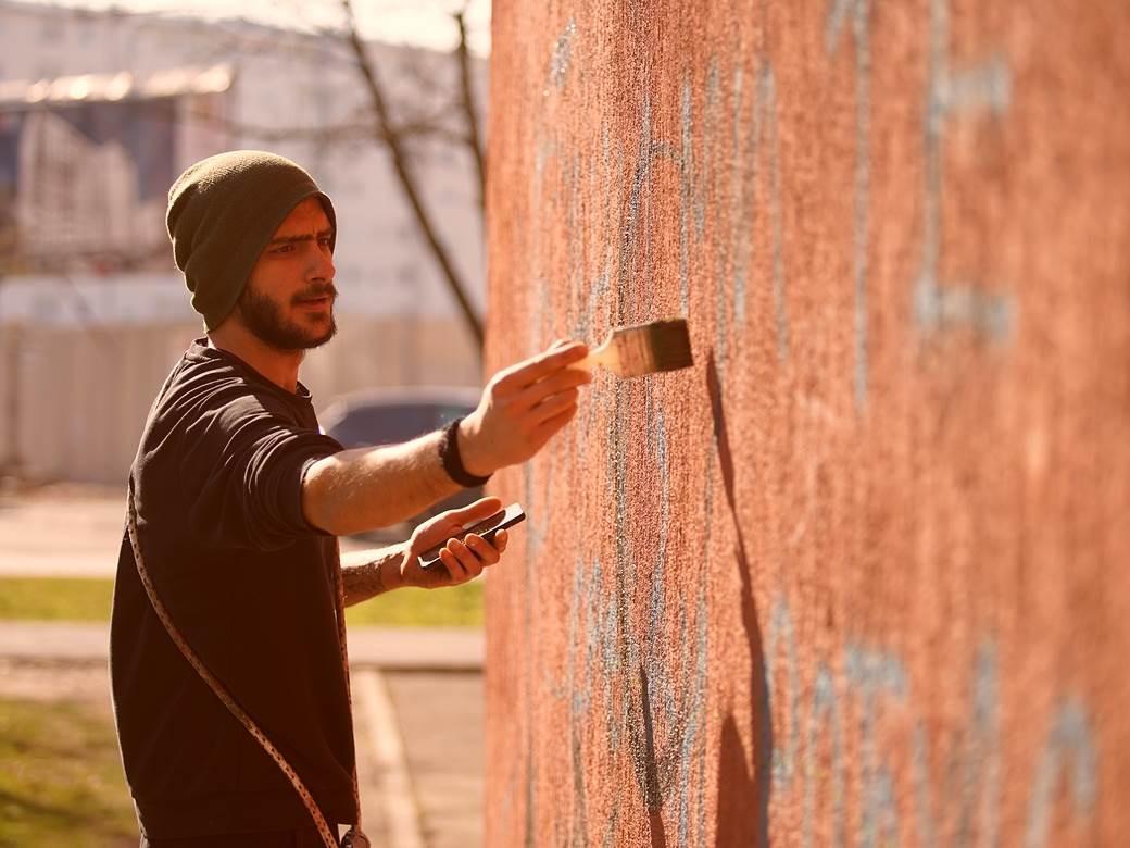"""Kako je nastala dobojska galerija murala: """"Dabogda te Deni nacrtao na zidu"""""""